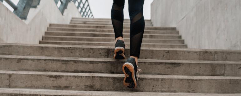 Knieschmerzen beim Treppensteigen Physiotherapie Berlin Mitte